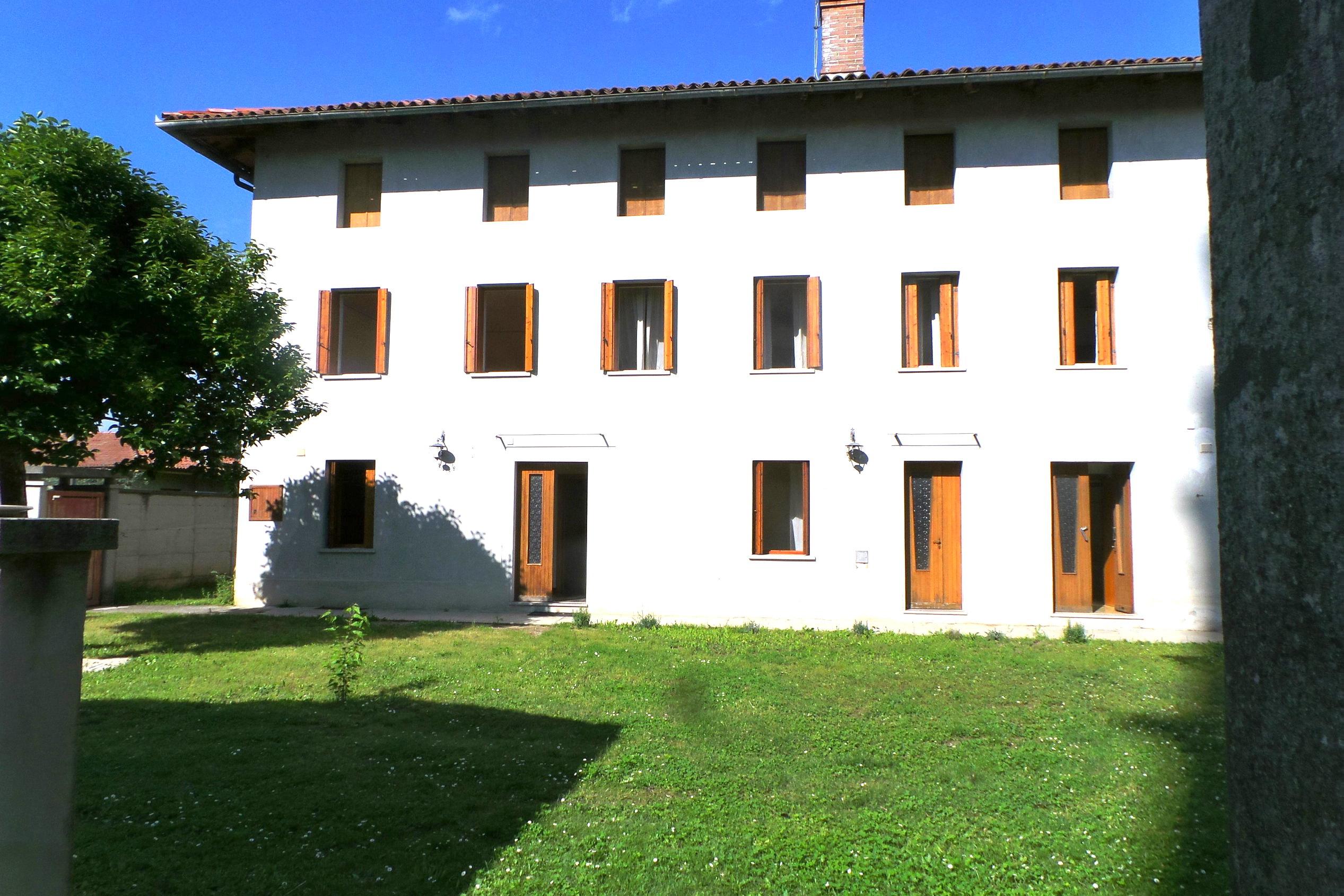Casa tricamere biservizi con giardino di 300mq