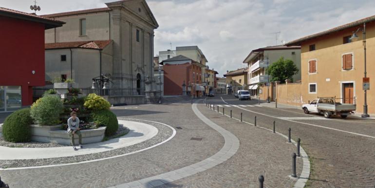 Locali vetrinati in centro a Feletto centro