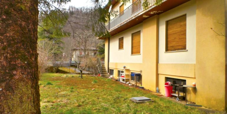 Casa pluricamere con giardino privato e pertinenza a reddito.
