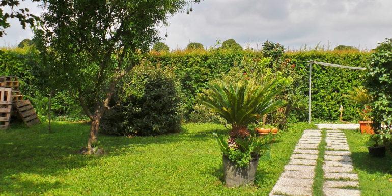 Bifamiliare intera con giardino e piscina