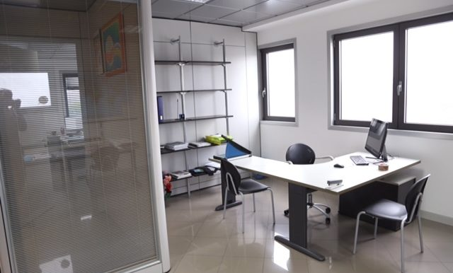 Ufficio arredato con 10 posti auto esclusivi