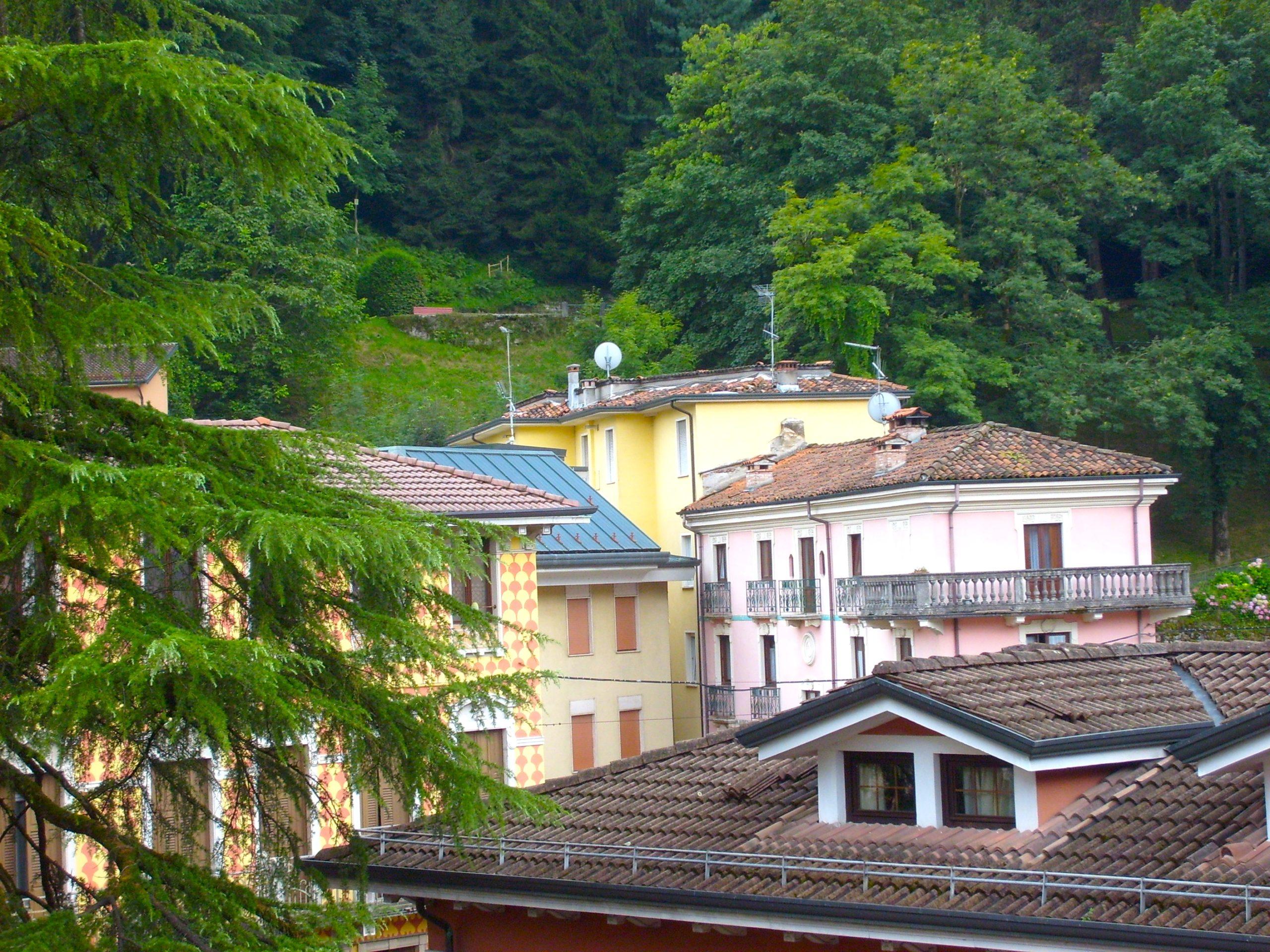 Pluricamere su due livelli con terrazzo e vista